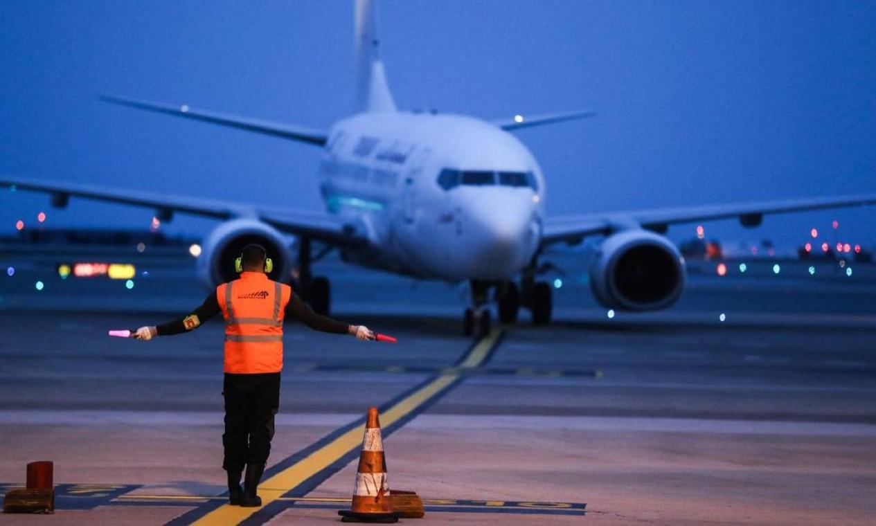 Avião de passageiros Boeing 737 chega ao aeroporto de Nice, no sul da França, em fevereiro de 2021. Modelo ficou no chão quase dois anos, depois de dois acidentes que mataram mais de 300 pessoas e só voltou a ser autorizado a voar no final do ano passado Foto: VALERY HACHE / AFP