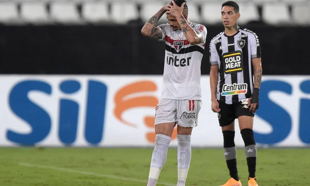 Luciano leva as mãos à cabeça após ter seu pênalti defendido Foto: ALEXANDRE LOUREIRO/REUTERS
