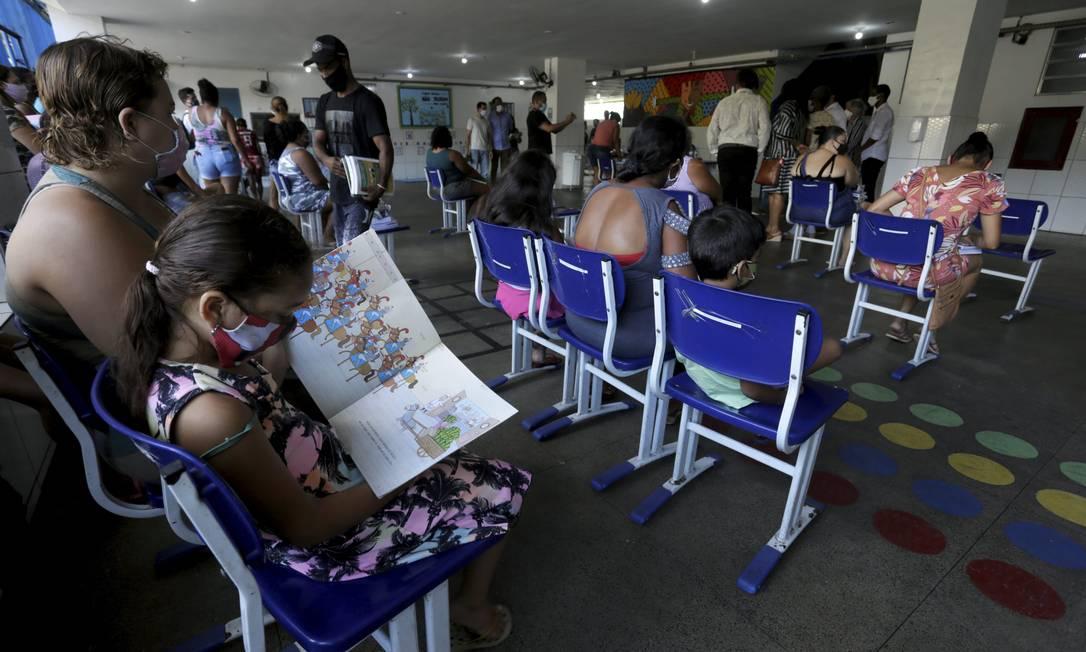 Escola na Pavuna distribuiu material escolar para os alunos; nesta quarta, 38 unidades vão reabrir para aulas presenciais Foto: Custódio Coimbra / Agência O Globo