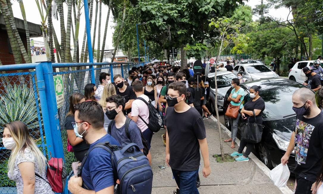 Candidatos chegam à Universidade São Judas, em São Paulo, para segundo dia de provas do Enem, no dia 24 de janeiro de 2021 Foto: Photo Premium / Agência O Globo