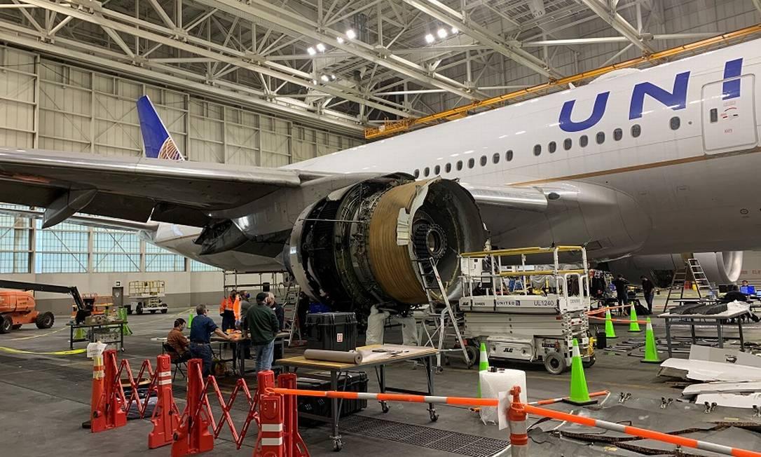 A turbina avariada no Boeing 777 da United Airlines é examinada por especialistas num hangar em Denver Foto: NTSB / via REUTERS