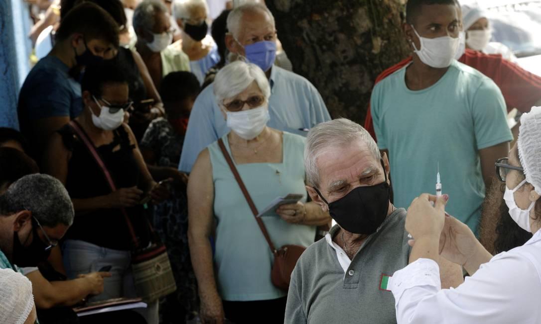 Profissional de saúde prepara uma seringa antes de aplicar uma vacina contra a doença coronavírus em idoso em São Gonçalo Foto: RICARDO MORAES / REUTERS
