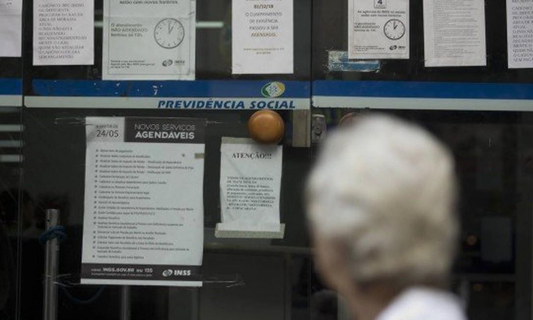 Beneficiários podem fazer a prova de vida presencialmente, se preferirem, diz o INSS Foto: Agência O Globo