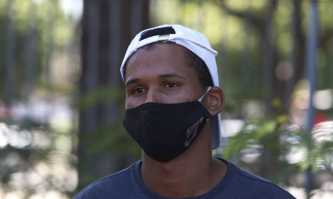 Lucas Isaias da Silva, primo do jovem de 14 anos morto em comunidade, pede justiça pela morte do menino Foto: Fabiano Rocha / O Globo