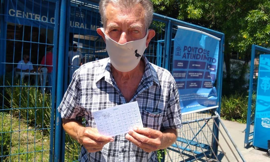 O aposentado Odenil Lima, de 80 anos, recebeu a primeira dose da CoronaVac Foto: Cíntia Cruz / Agência O Globo