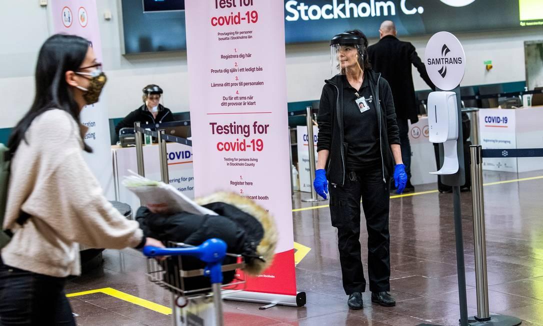 Sueca trabalha em uma estação de teste da Covid-19 para passageiros que chegam no aeroporto de Arlanda, ao norte de Estocolmo, Suécia Foto: TT NEWS AGENCY / via REUTERS