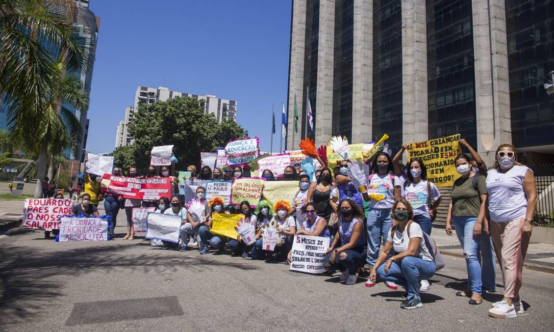 Funcionários de creches conveniadas da Prefeitura do Rio fizeram uma manifestação em frente a sede por atraso nos pagamentos Foto: Maria Isabel Oliveira / Agência O Globo