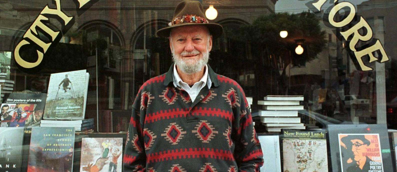 O poeta Lawrence Ferlinghetti em frente à livraria City Lights, em San Francisco, em 1998 Foto: REUTERS