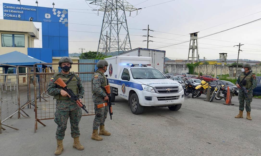 Ambulância do IML deixa o Centro de Privação de Liberdade Zona 8 em Guayaquil, Equador Foto: MARCOS PIN MENDEZ / AFP