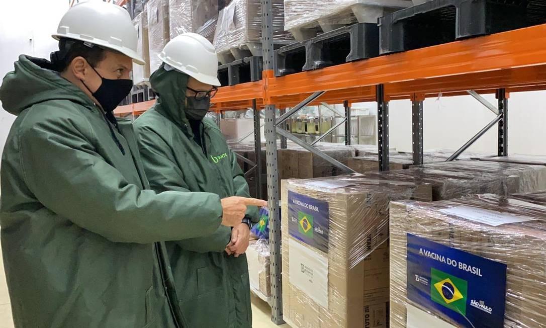 Em visita ao Instituto Butantan, o governador João Doria vistoria o armazenamento dos lotes da vacina CoronaVac, que serão entregues ao Ministério da Saúde Foto: Divulgação/Governo do Estado de São Paulo