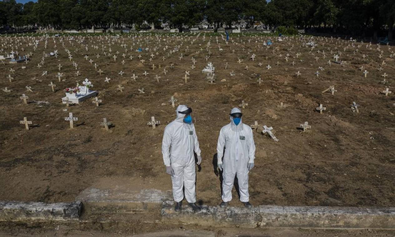 Cemitério do Caju, no Rio: milhares covas rasas foram abertas para atender a demanda de mortos pela pandemia Foto: Gabriel Monteiro / Agência O Globo - 19/04/2020
