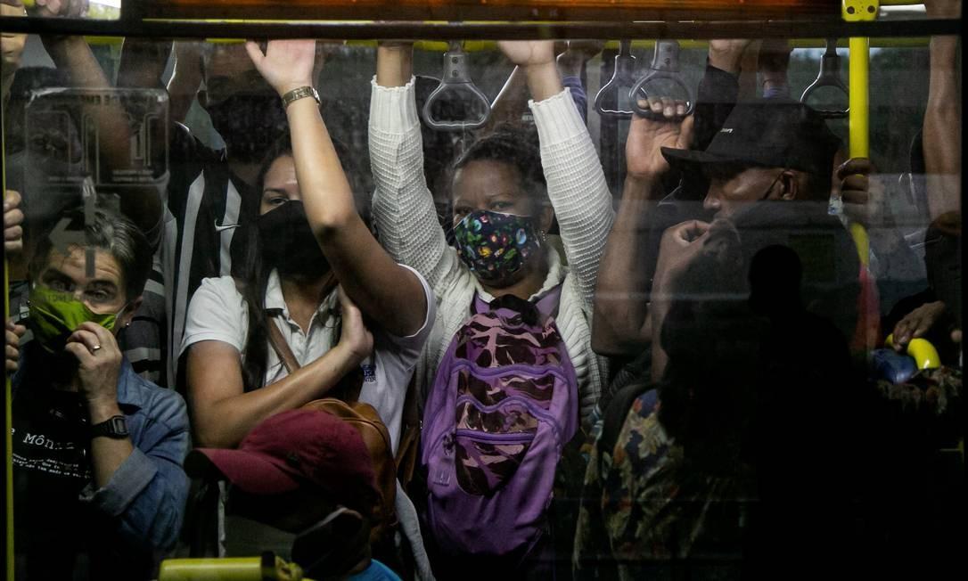 No início da flexibilização, passageiros viajam espremidos em ônibus do BRT, na estação Mato Alto, na Zona Oeste Foto: Hermes de Paula / Agência O Globo - 08/06/2020