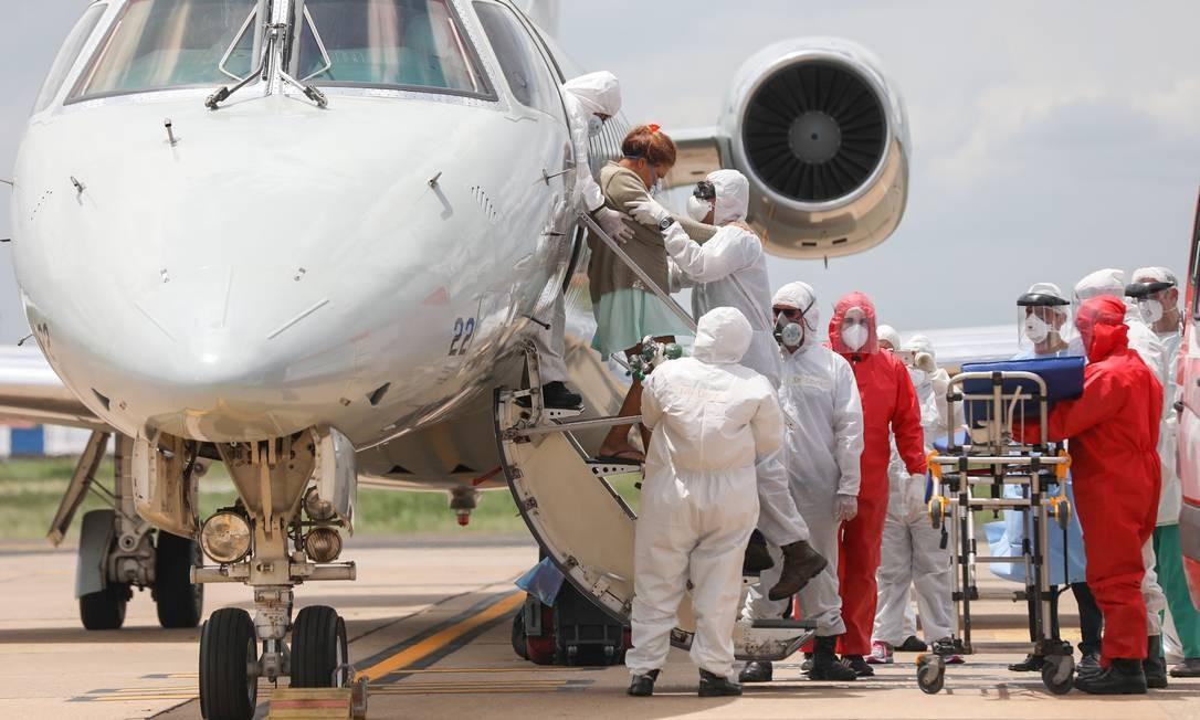 Agentes de saúde recebem pacientes diagnosticados com Covid-19 transferidos da cidade de Manaus, no Amazonas, durante desembarque em avião da FAB, em aeroporto na cidade de Teresina Foto: Joao Allbert / Agência O Globo - 15/01/2021