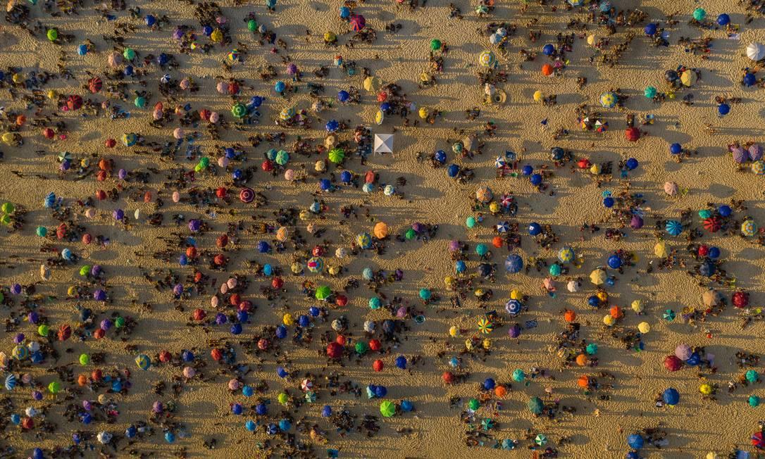 Em setembro de 2020, após flaxibilização gradual, os domingos no Rio voltam ao velho normal: praias lotadas, mesmo com casos ainda crescentes. Na foto, banhistas no Arpoador Foto: Brenno Carvalho / Agência O Globo - 13/09/2020