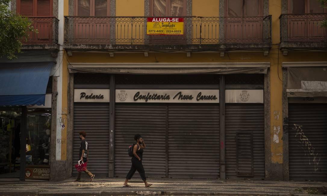 Loja fechada no centro do Rio, próximo à rua da Carioca Foto: Gabriel Monteiro / Agência O Globo - 17/11/2020