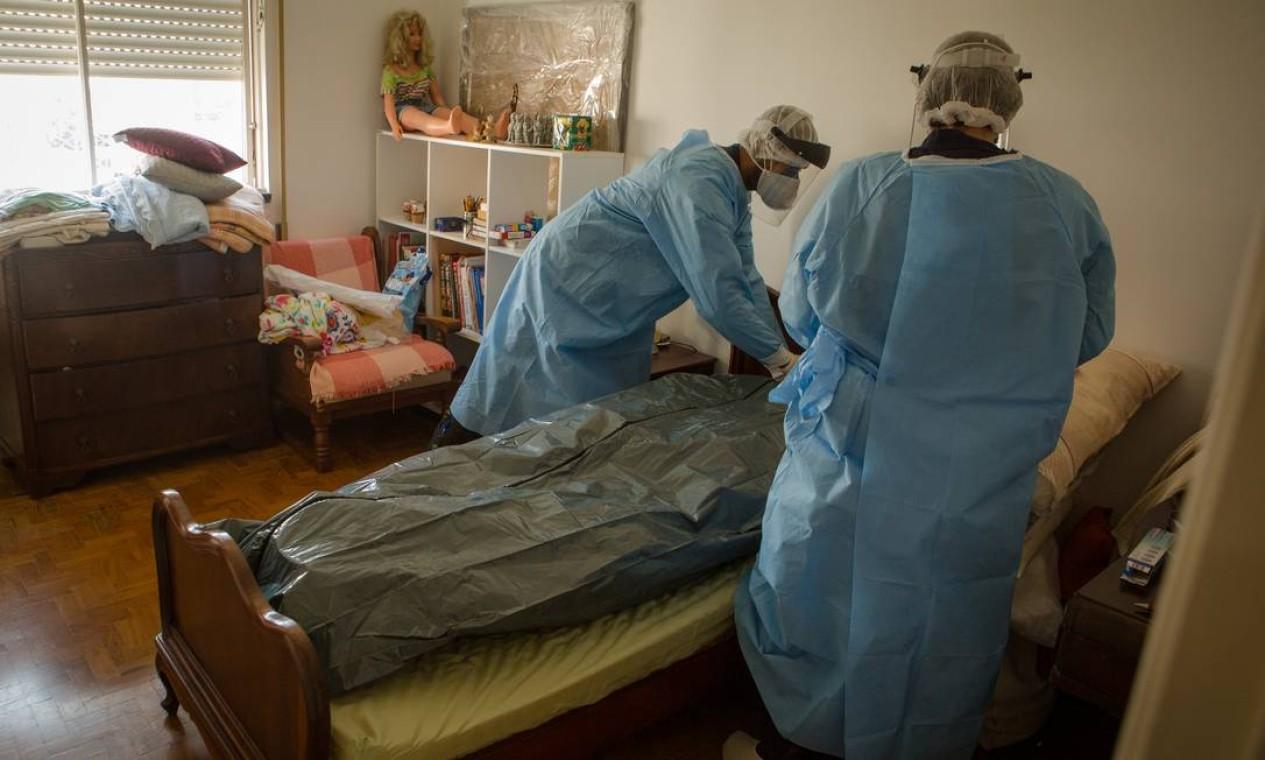 Número de mortes em casa tiveram aumento expressivo em diversas cidades do país: socorristas do Samu preparam corpo de uma idosa que morreu com sintomas da Covid-19, em São Paulo Foto: Yan Boechat / Agência O Globo - 24/04/2020