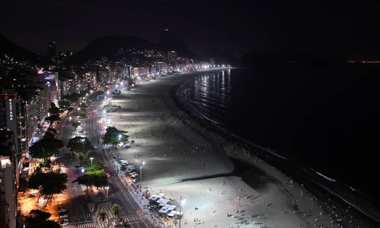 Praia de Copacabana na virada de ano: festa de réveillon cancelada e bloqueio da orla. Ainda assim, pontos de aglomerações foram registrados Foto: Lucas Landau / Reuters - 31/12/2020