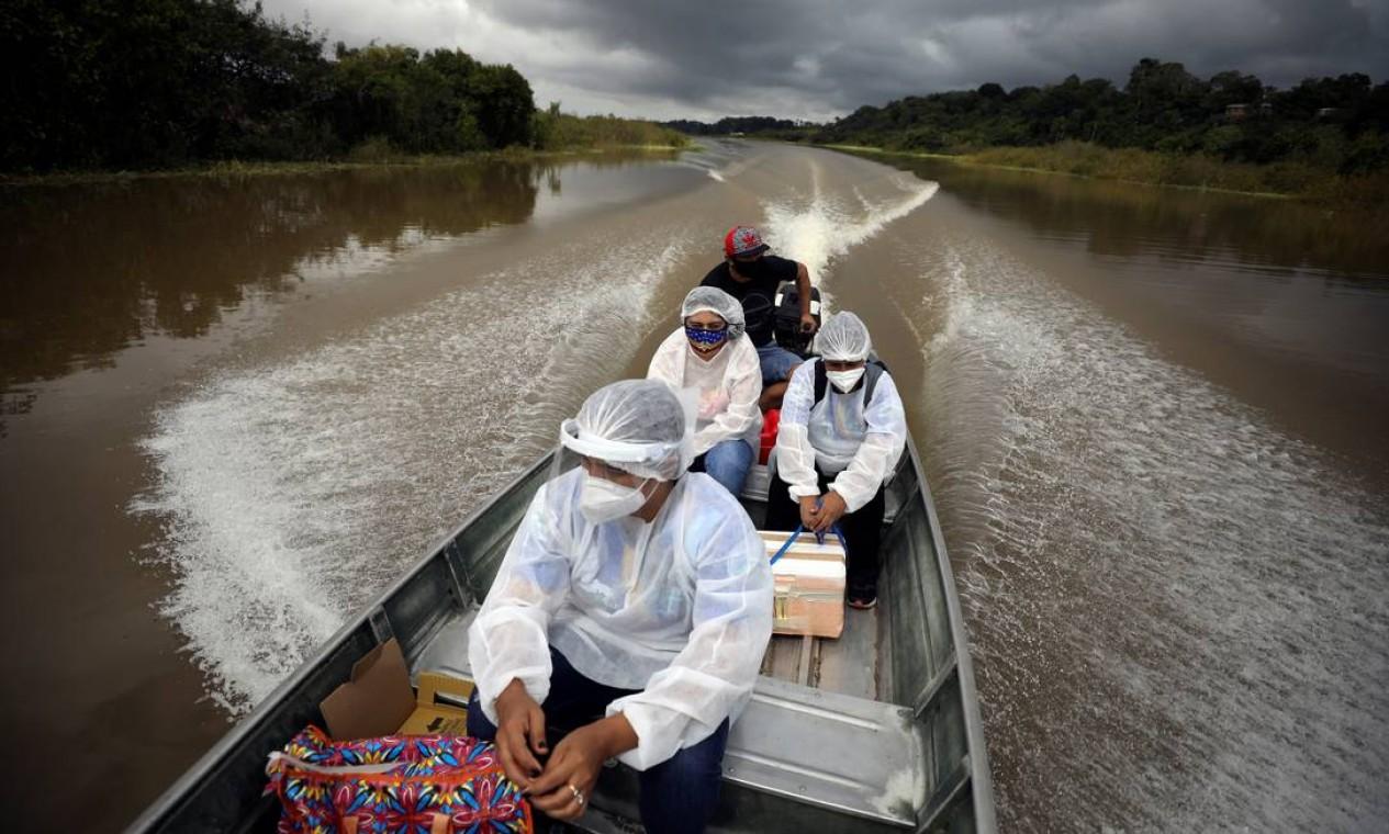 Agentes municipais de saúde viajam de barco pelas margens do rio Solimões para aplicar a vacina AstraZeneca / Oxford contra o coronavírus na comunidade ribeirinha, em Manacapuru, Amazonas Foto: BRUNO KELLY / REUTERS - 01/02/2021
