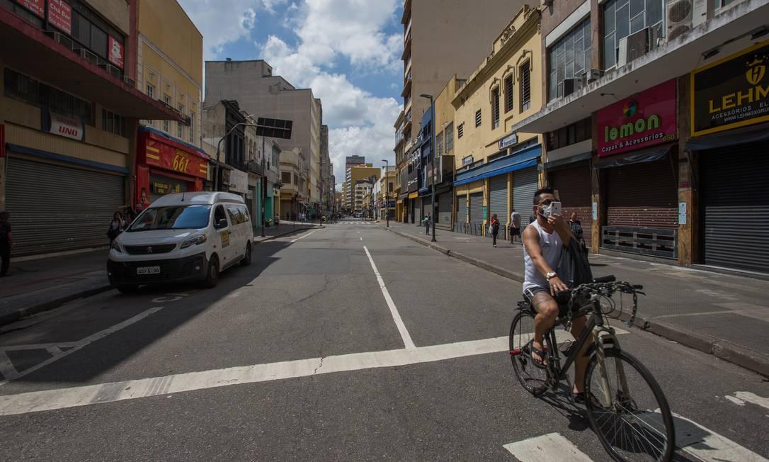 Rua José Paulino, de comércio popular em São Paulo, fechada no início da pandemia do coronavírus, em março (20/03/2020) Foto: Edilson Dantas / Agência O Globo