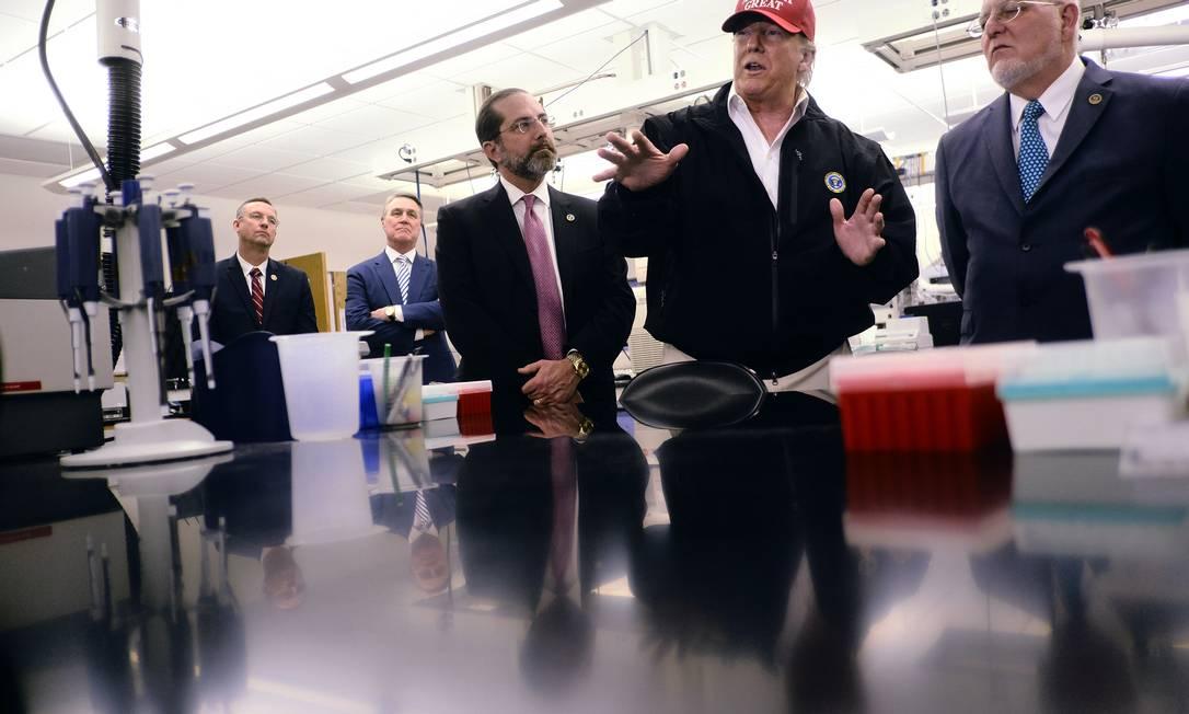 O então presidente dos EUA, Donald Trump, que negou a ciência e a pandemia, chegou a ser contaminado pelo novo coronavírus e teve o antígeno como importante elemento para sua derrocada política Foto: T.J. KIRKPATRICK / Agência O Globo - 06/03/2020