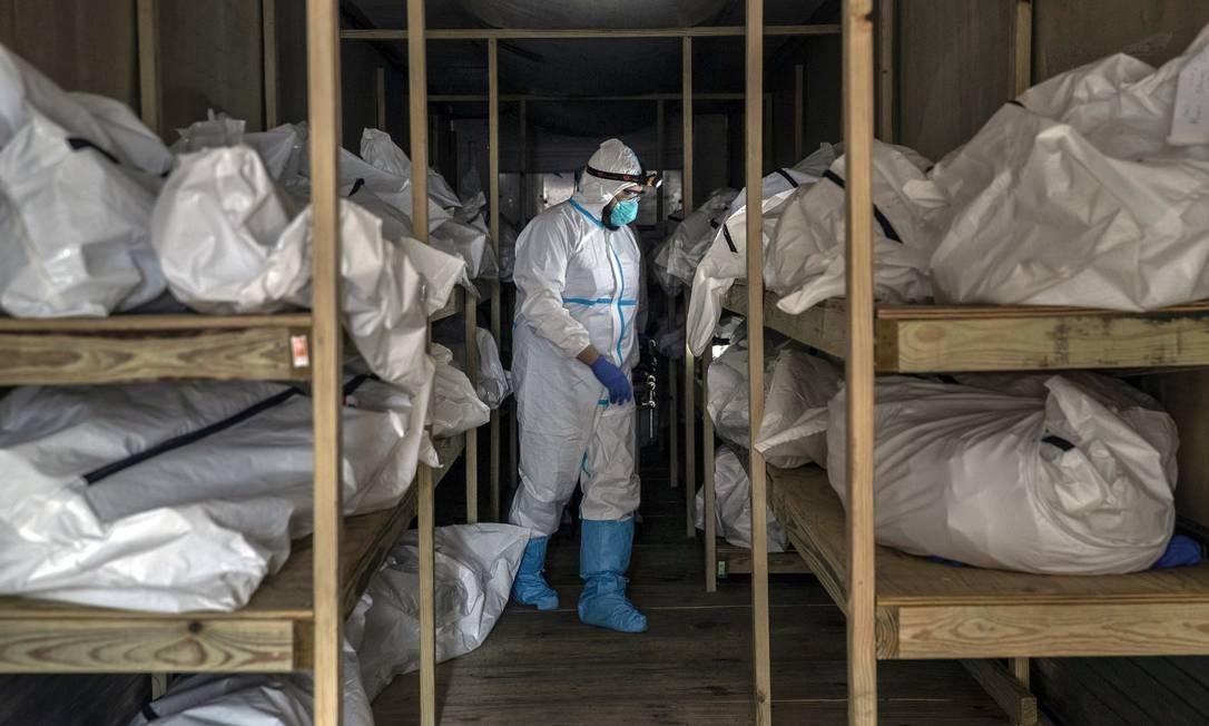 Os corpos empilhados em trailer refrigerado no Brooklyn Hospital Center, em Nova York. Em abril, mais de 20.000 nova-iorquinos haviam morrido no surto de Covid-19 Foto: VICTOR J. BLUE / Agência O Globo - 20/04/2020