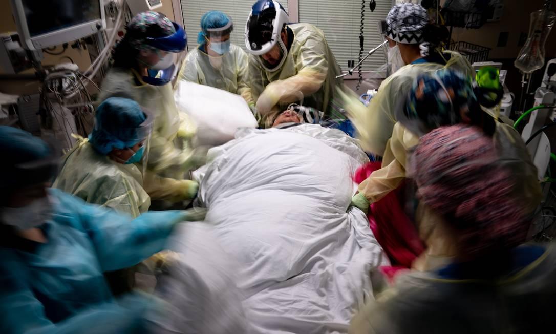 A equipe prepara manobra respiratória para na Unidade de Terapia Intensiva (UTI) do Hospital Metodista de Houston. O paciente Edwin Garcia, 31 anos anos, acredita que contraiu o coronavírus no trabalho de estocagem de prateleiras de supermercado. Ele começou a apresentar melhoras sutis após passar um mês no respirado Foto: ERIN SCHAFF / Agência O Globo - 15/07/2020