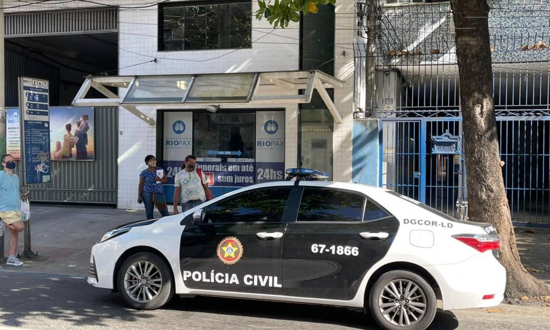 Viatura da Polícia Civil em frente a um escritório da concessionária Foto: Reprodução