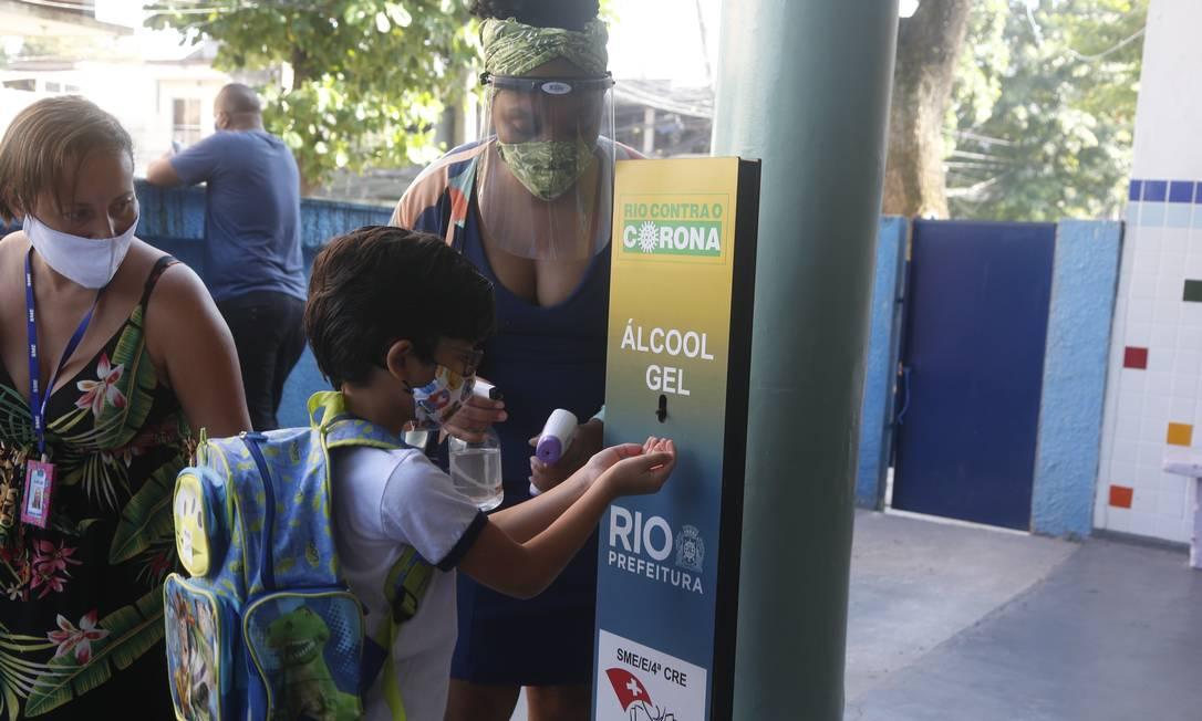 Aluno faz a higienização ao chegar na Escola municipal Suíça, na Penha, na Zona Norte do Rio Foto: Fabiano Rocha / Fabiano Rocha