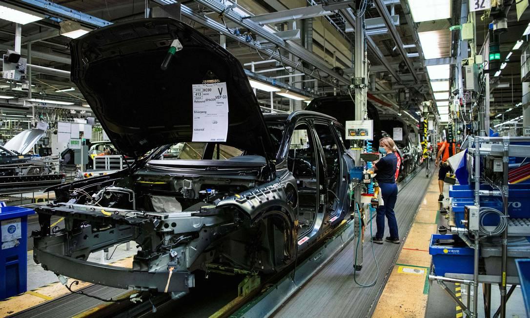 Trabalhadores em fábrica automotiva de carros em Gothenburg, no Nebraska; produção está paralisada por escassez global de chips Foto: JONATHAN NACKSTRAND / AFP