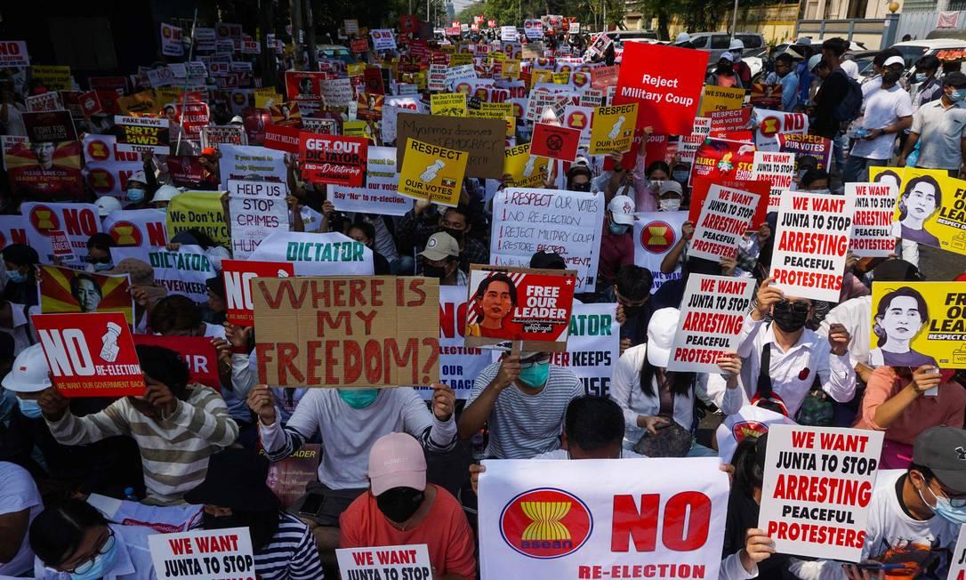 Joe Biden assinou ordem executiva que abre caminho para punições aos militares, além de congelar US$ 1 bilhão de fundos do governo birmanês nos Estados Unidos. O golpe militar em Mianmar aconteceu no primeiro dia de fevereiro Foto: SAI AUNG MAIN / AFP