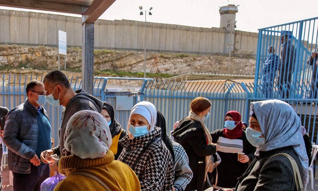 Palestinos aguardam para serem vacinados em um posto de controle entre a cidade de Ramallah, na Cisjordânia, e Jerusalém Oriental Foto: Ahmad Gharabli /AFP