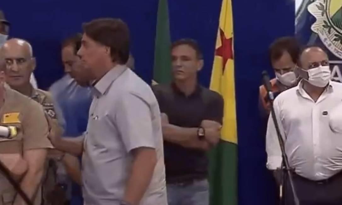 Momento em que Bolsonaro encerra a entrevista e abandona o palanque Foto: Reprodução