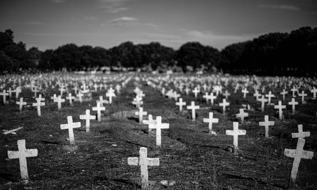 Covas no Cemitério de São Francisco Xavier, Caju, no Rio de Janeiro Foto: Hermes de Paula / Agência O Globo