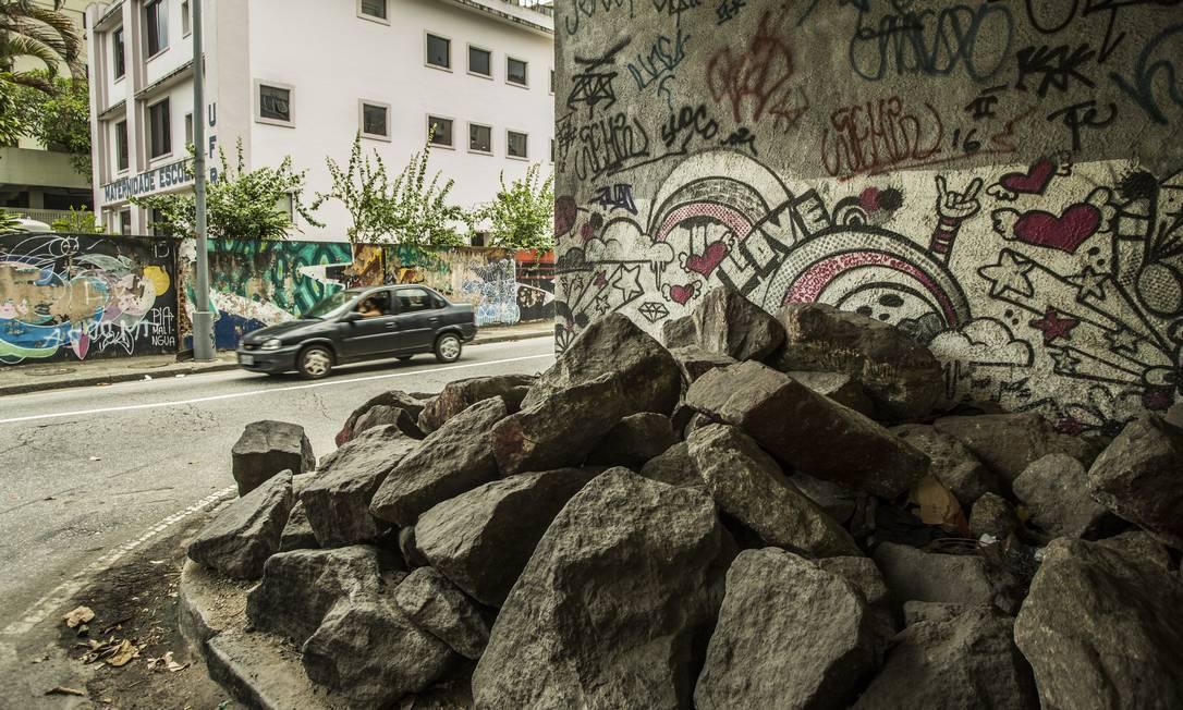 Blocos de pedra instalados embaixo de um viaduto em Laranjeiras Foto: Guito Moreto