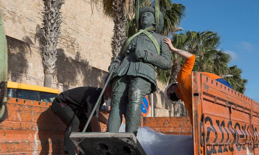Trabalhadores locais removem a estátua do ditador Francisco Franco em Melilla, na Espanha Foto: JESUS BLASCO DE AVELLANEDA / REUTERS/23-02-2021