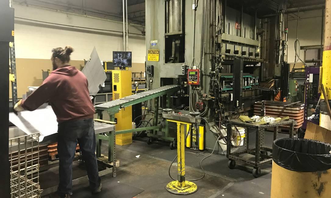 Trabalhador em linha de produção de uma fábrica nos EUA Foto: TENNSCO / via REUTERS