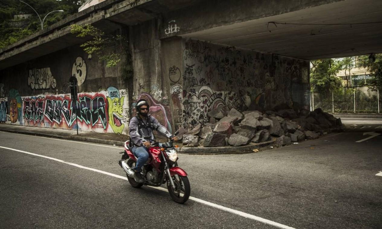 Em Laranjeiras, blocos de pedra foram instalados embaixo do Viaduto Engenheiro Noronha, que dá acesso ao Túnel Santa Bárbara Foto: Guito Moreto / Agência O Globo
