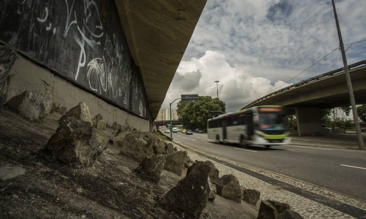 Blocos pontiagudos de pedra foram cravados embaixo de viaduto próximo à sede da Prefeitura, na Cidade Nova Foto: Guito Moreto / Agência O Globo