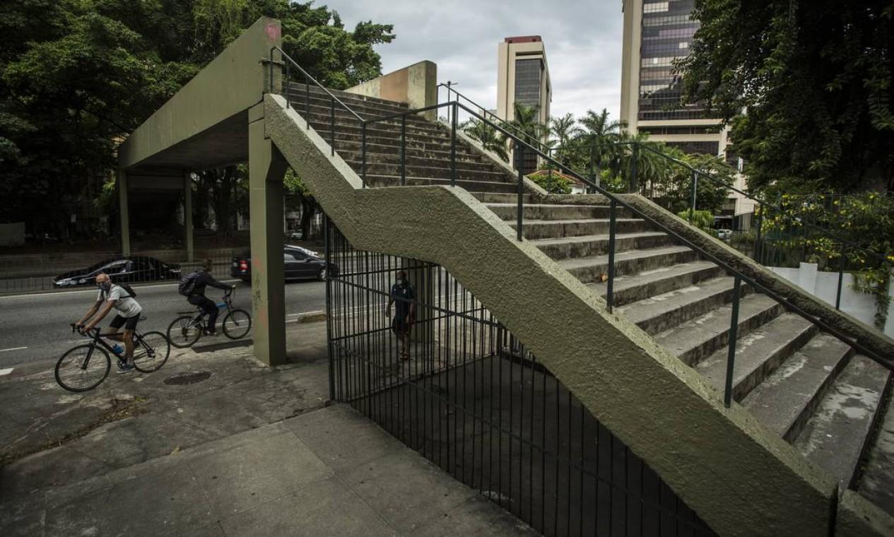 Grades foram instaladas embaixo de passarela de pedestres na Rua Pinheiro Machado, em Botafogo Foto: Guito Moreto / Guito Moreto