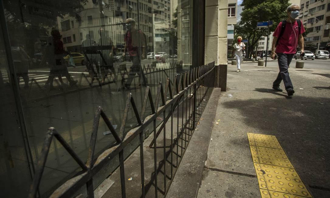 Em Copacabana, grades baixas foram instaladas nas fachadas das lojas para impedir que pessoas se sentem ou deitem no local Foto: Guito Moreto / Agência O Globo