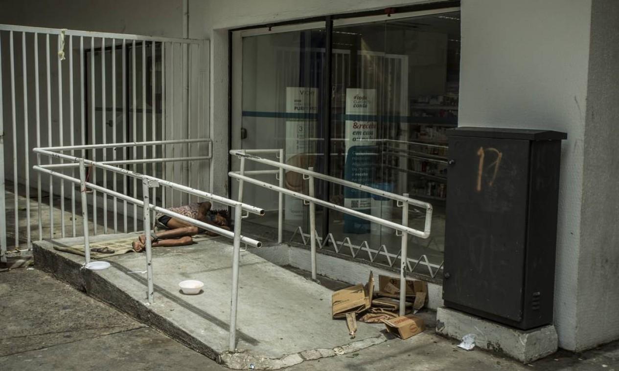 Também em Copacabana, agência bancária instalou grades perto do vidro para tentar impedir que pessoas se instalassem no trecho Foto: Guito Moreto / Agência O Globo