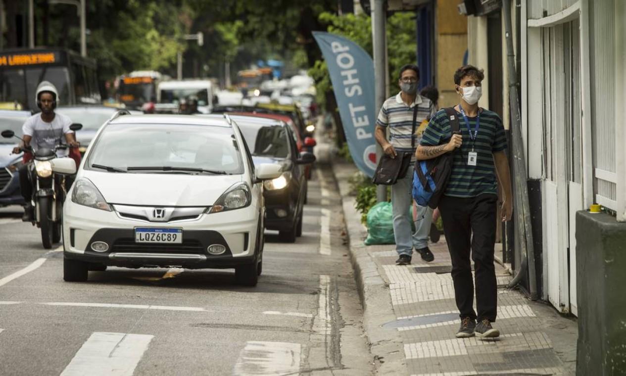Na esquina da Rua Voluntários da Pátria com a Rua Real Grandeza, em Botafogo, calçada estreita impossibilita o deslocamento de pessoas com mobilidade reduzida, como cadeirantes Foto: Guito Moreto / Agência O Globo