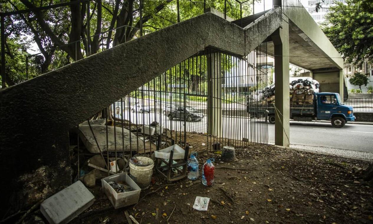 Gradeamento em passarela não impediu que alguém se instalasse no pequeno espaço em Botafogo Foto: Guito Moreto / Agência O Globo