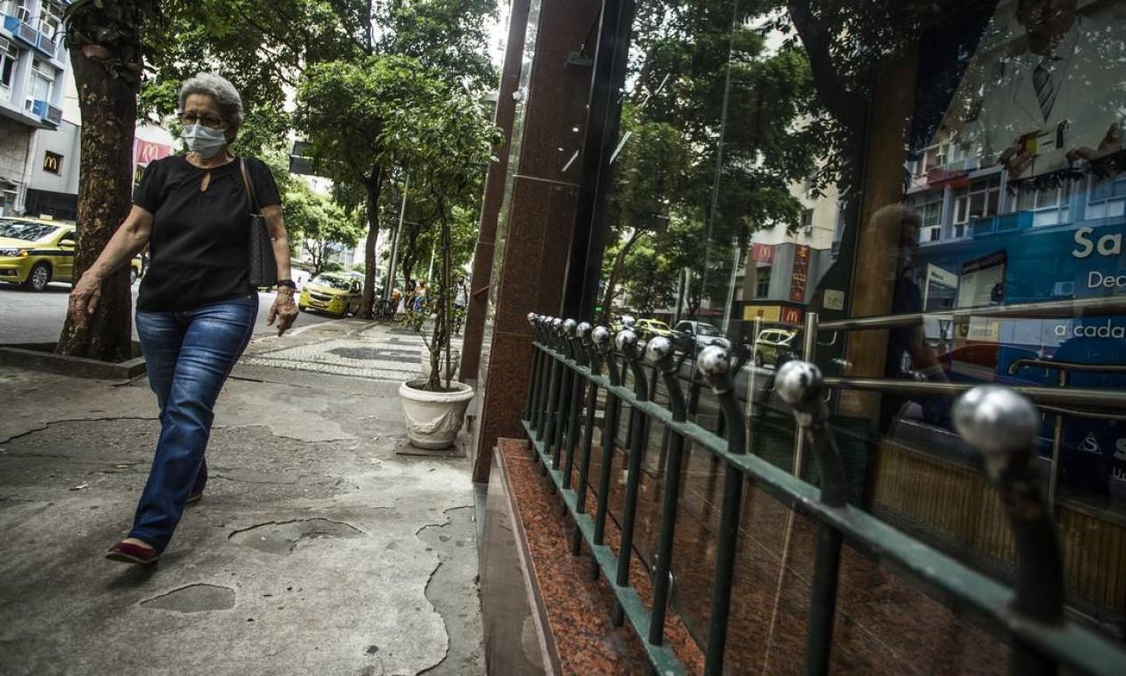 Copacabana tem diversos exemplos de gradeamentos baixos implementadas para tentar impedir que moradores de rua durmam ou se estabeleçam nos locais Foto: Guito Moreto / Agência O Globo