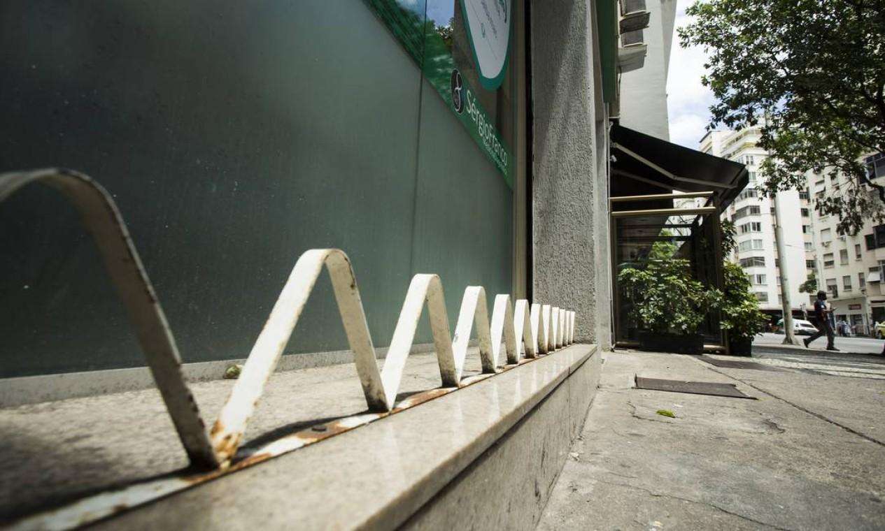 Mobiliário urbano desenvolvido e implementado pelas lojas demonstra que este tipo de intervenção não é feita apenas pelo poder público Foto: Guito Moreto / Agência O Globo