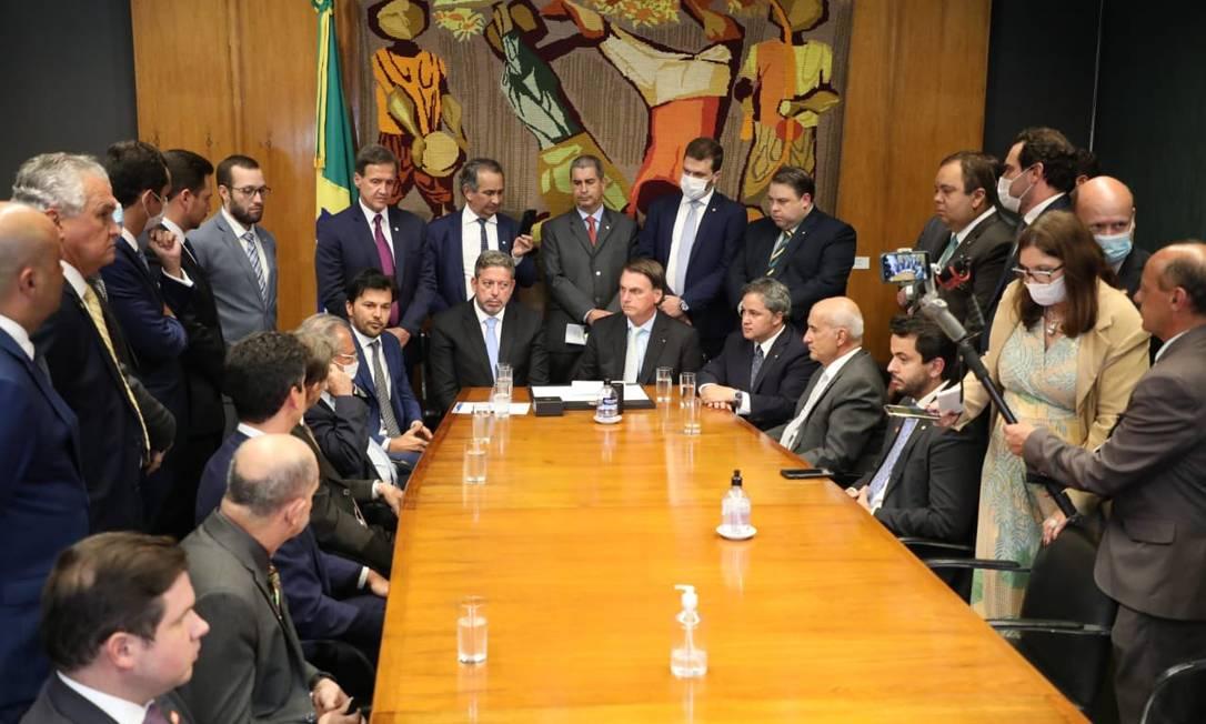 O presidente Jair Bolsonaro entrega o projeto para privatizar os Correios ao presidente da Câmara, Arthur Lira (PP-AL) Foto: Reprodução