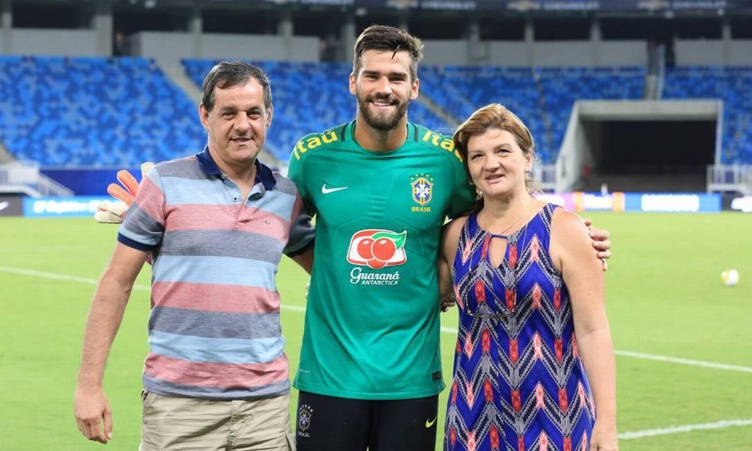 Alisson entre os pais, José e Magali Foto: Lucas Figueiredo/CBF