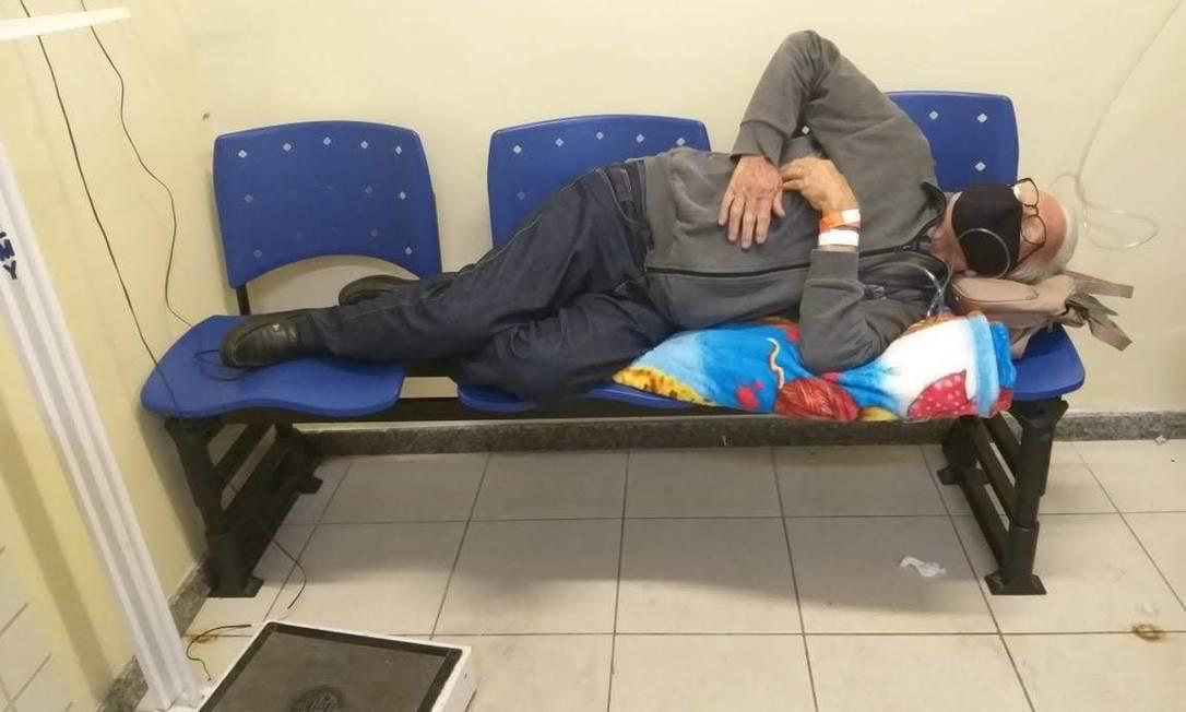 Aidano Jacinto de Melo passou três dias deitado sobre cadeiras no Hospital municipal Evandro Freire em abril de 2020 Foto: Reprodução