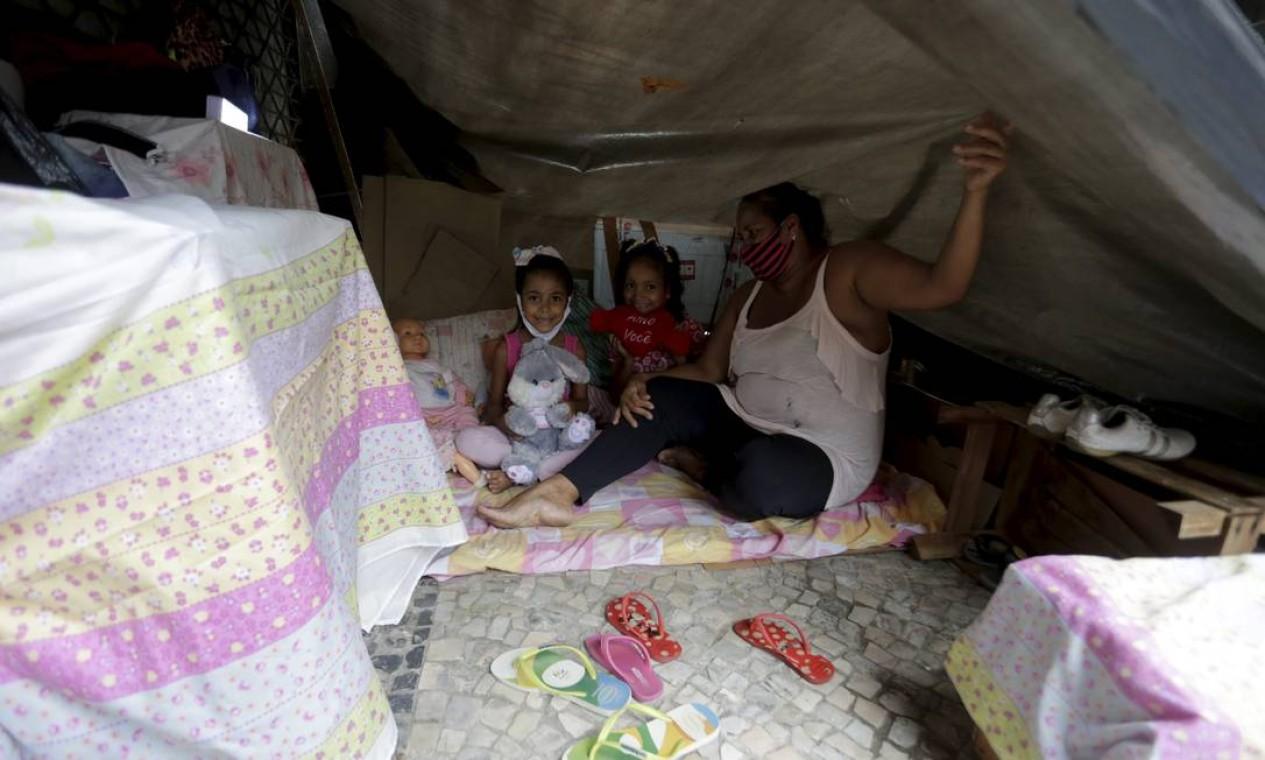 Ana Paula, na verdade, tem casa. Ela fica na comunidade do Pavão-Pavãozinho, em Copacabana, na Zona Sul. Mas faltam encanamento, chuveiros, embolsamento Foto: Domingos Peixoto / Agência O Globo
