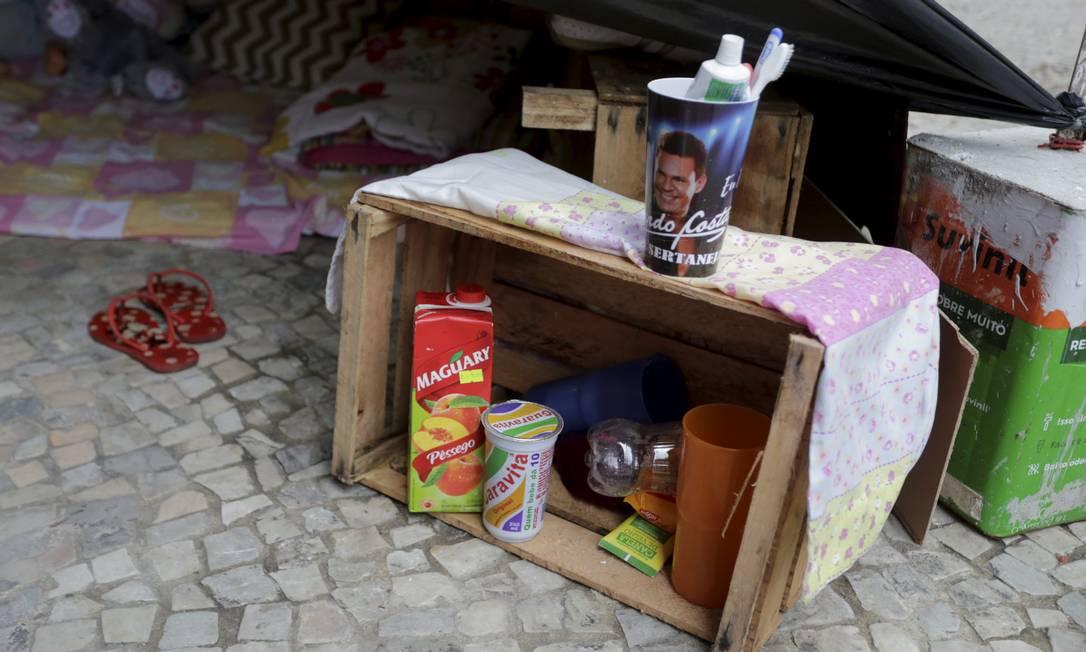 Uma pequena dispensa, materiais de higiene, limpeza e organização: Ana Paula busca dar dignidade à família, mesmo que morando na rua Foto: Domingos Peixoto / Agência O Globo